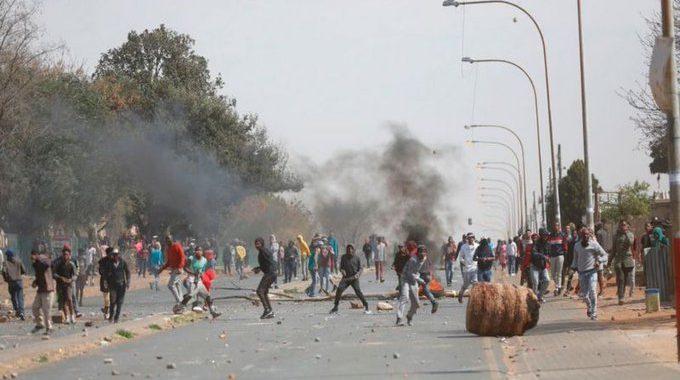 Rivolta a Johannesburg, in Sudafrica, dopo l'omicidio di Nathaniel Julius da parte della polizia