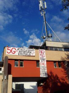 Bergamo: Occupato un tetto che ospita un impianto 5G
