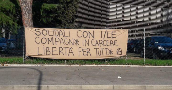 Forlì: striscioni contro il carcere in solidarietà alle anarchiche e agli anarchici sotto processo.