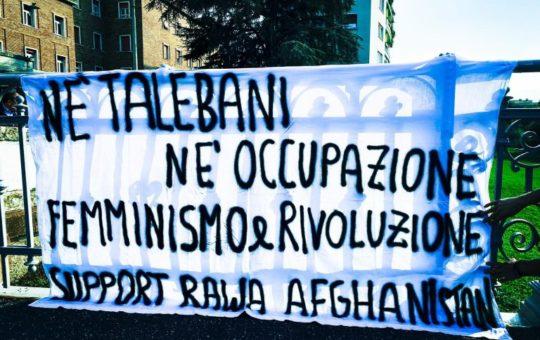 Bolzano: Né con i Talebani né con l'occupazione. Volantinaggio e striscioni solidali con le donne afghane